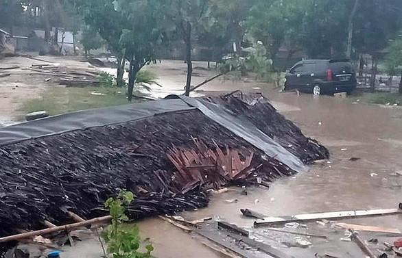 Endonezya'yı yine tsunami vurdu