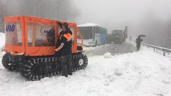 Kocaeli'de karda mahsur kalan 2 otobüsteki 75 yolcu kurtarıldı