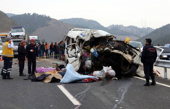Kahramanmaraş'ta minibüs kamyona çarptı: 9 ölü