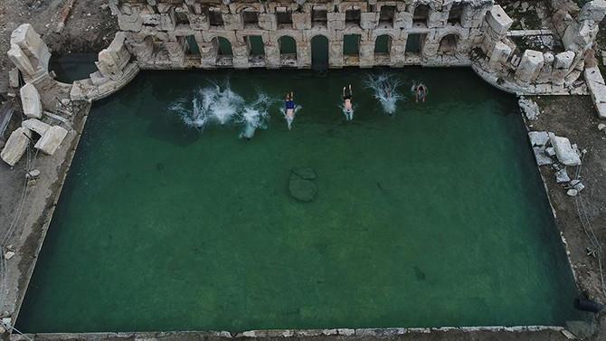 İki bin yıllık hamamda kış ortasında yüzüyorlar