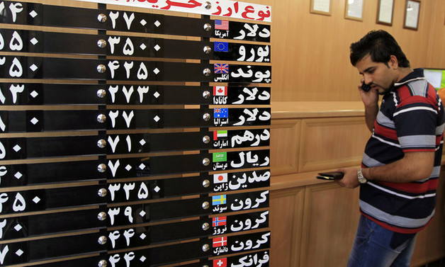 İran'da riyaldaki rekor düşüş sonrası döviz bürolarına baskın