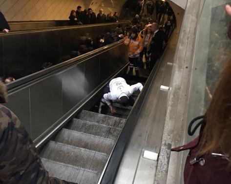 İstanbul metrosunda yürüyen merdiven çöktü