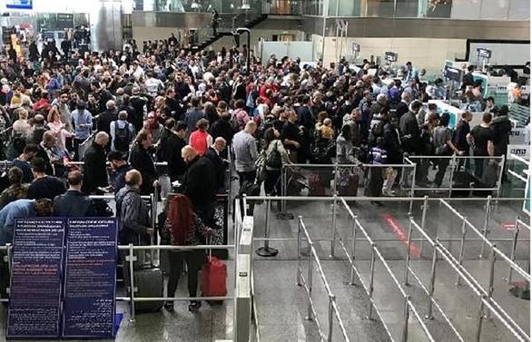 Sistem arızalandı, pasaport kuyrukları uzadı