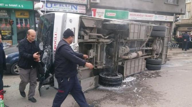 Üniversitelileri taşıyan servis midibüsü devrildi: 21 yaralı