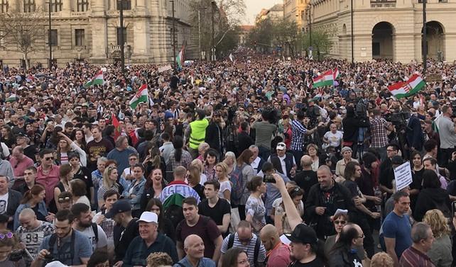 Macaristan'da binlerce kişi sokağa çıktı