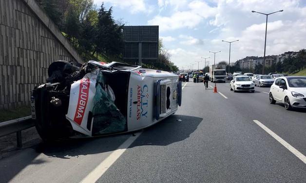 Ambulans, otomobile çarptı: 6 yaralı