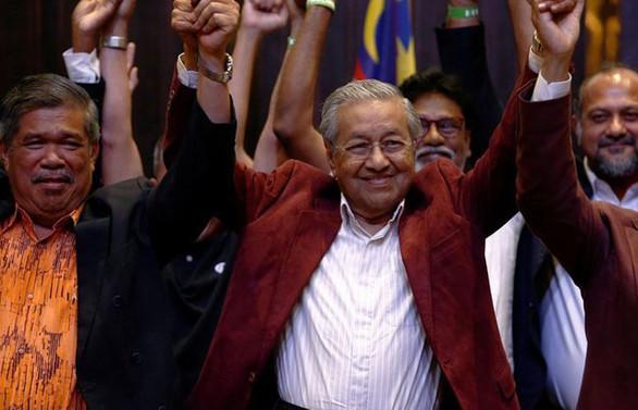 Malezya'da eski başbakan seçimi kazandı
