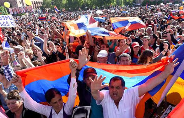 Ermenistan'da muhalifler başkente girişleri durdurdu