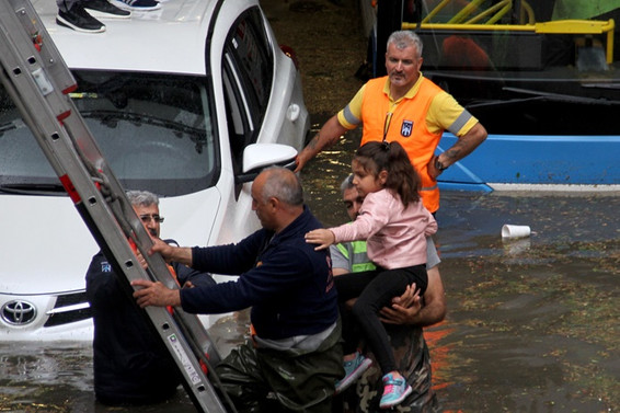 Ankara'da 15 dakikalık yağmur ve dolu hayatı felç etti