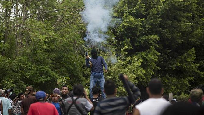 Göstericiler otobanları kapattı, 6 bin kamyon yolda kaldı