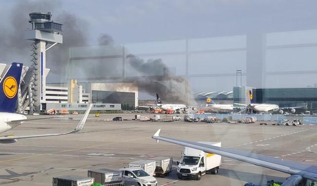Frankfurt'ta park halindeki uçak alev aldı