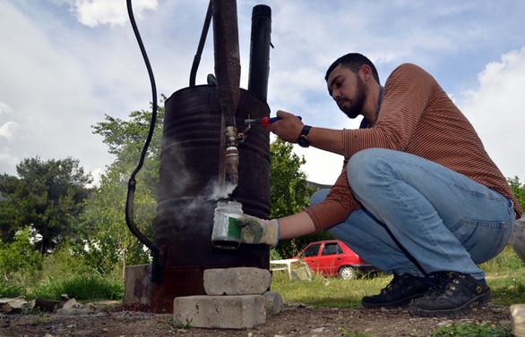 Varilden yaptığı reaktör ile odun sirkesi ve kömür üretiyor