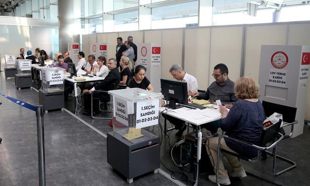 İlk oylar kullanılmaya başlandı