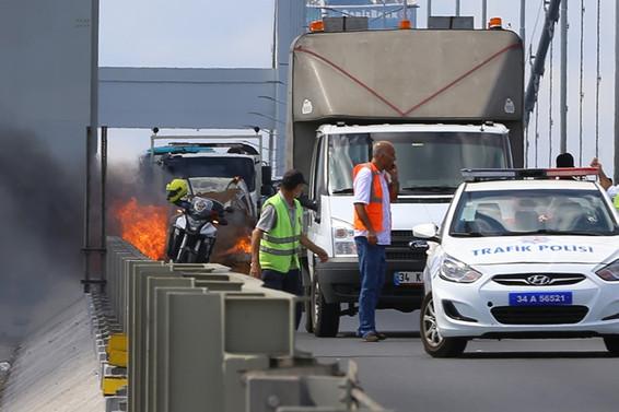 Köprüde araç yangını