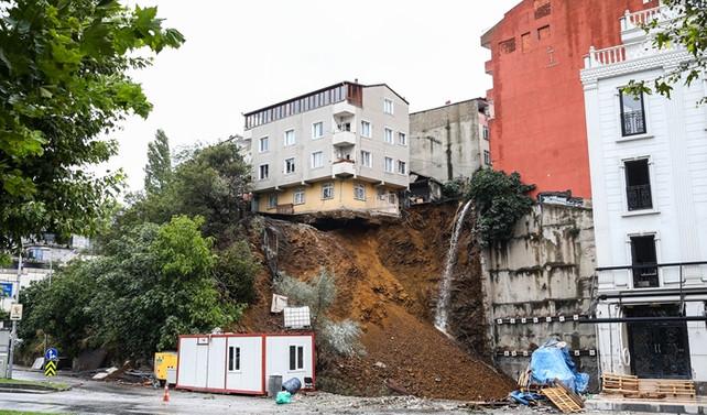 Beyoğlu'ndaki bina çöktü