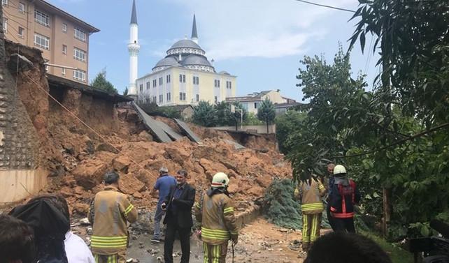 Sancaktepe'de bir ilkokulun duvarı çöktü