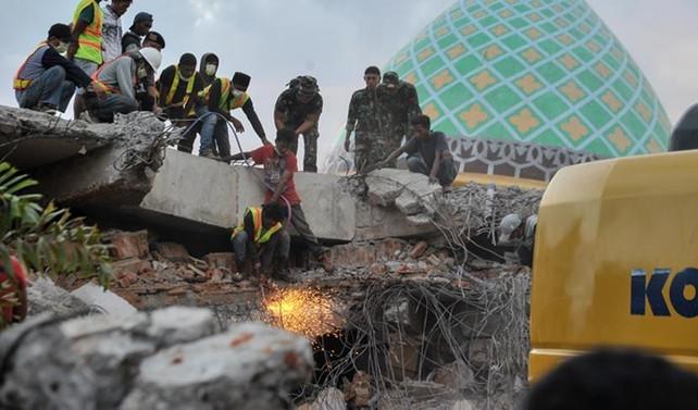 Endonezya'daki depremler 555 can aldı