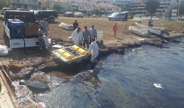 Foça'da denize 'ağır yakıt' bulaştı