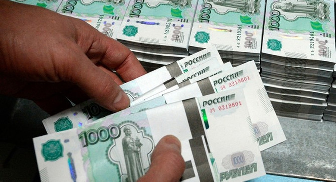 Rus rublesi 2,5 yılın dibinde