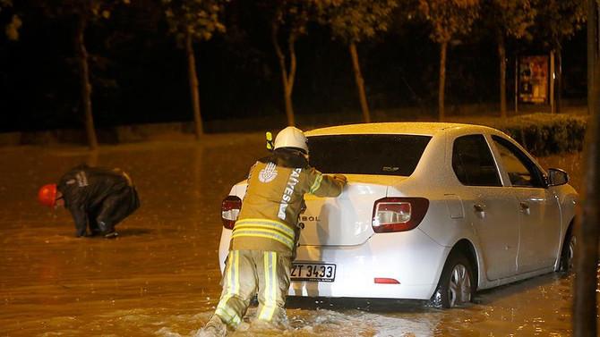Araçlar mahsur kaldı, evleri su bastı