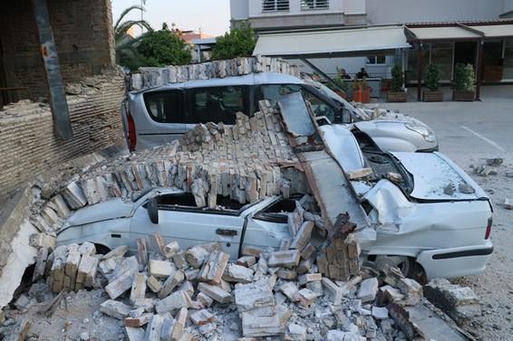 Fabrika duvarı araçların üzerine çöktü