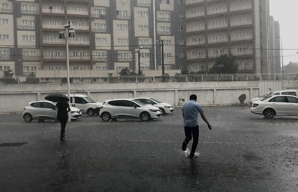 İstanbul'da kuvvetli yağış, yollar sular altında kaldı