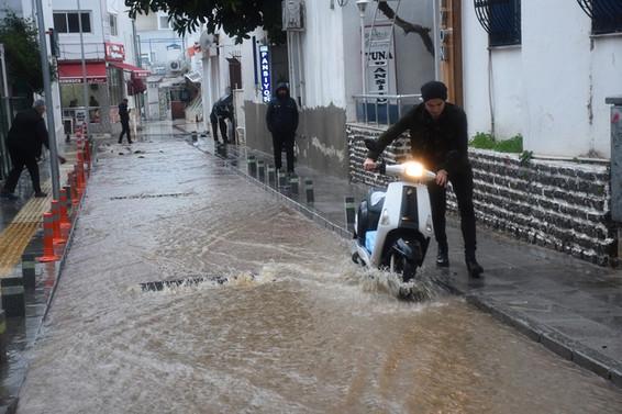 Batı Akdeniz'de şiddetli yağmur hayatı olumsuz etkiledi