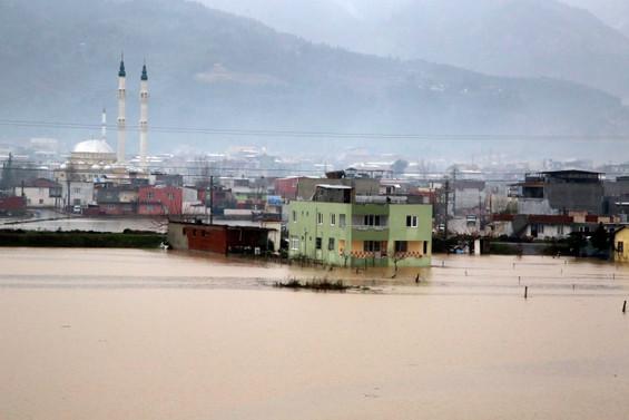 Manisa'da şiddetli yağış: 180 kişi evlerinden tahliye edildi