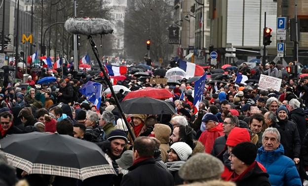 Paris'te 'kırmızı fularlılar'dan sarı yeleklilere karşı gösteri