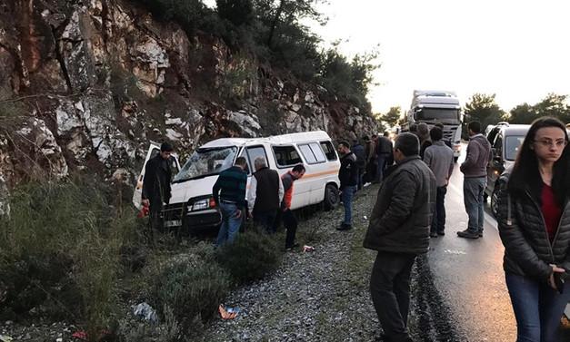 Askerleri taşıyan minibüs kayalıklara çarptı