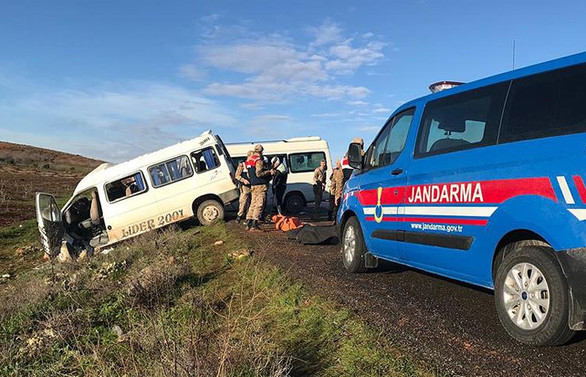 Servis minibüsleri çarpıştı: 2 ölü, 7 yaralı