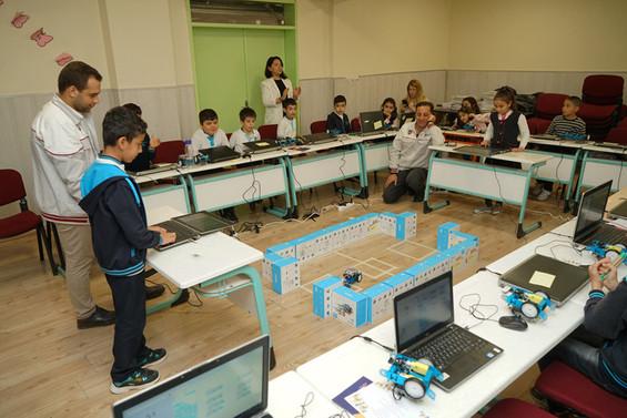 Tofaş'ın gönüllü eğitmenleri çocuklara kodlama öğretiyor
