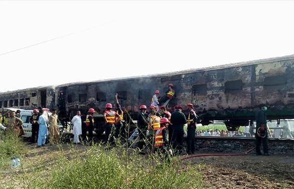 Pakistan'da yolcu treni alev aldı: 73 ölü