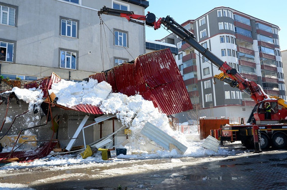 Kar düşmesi sonucu kafenin teras katı çöktü: 1 ölü, 7 yaralı