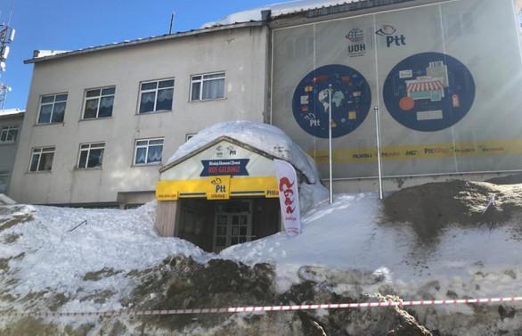 Uludağ'da vatandaşların üzerine kar kütlesi düştü