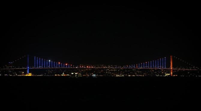 İstanbul'un simgeleri 'mavi-turuncuya' büründü