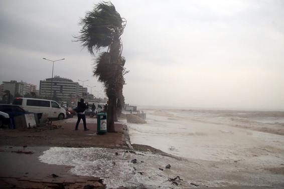 Antalya'da eğitime fırtına ve hortum engeli