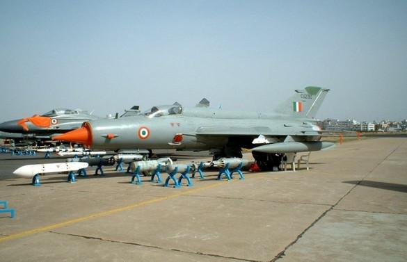 Pakistan sınırında 1 Hint savaş uçağı düştü