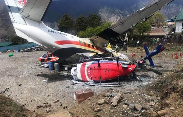 Nepal'de yolcu uçağı helikoptere çarptı