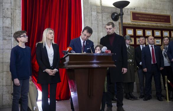 İmamoğlu, Anıtkabir defterini başkan olarak imzaladı