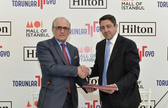 Torunlar, Hilton ile el sıkıştı
