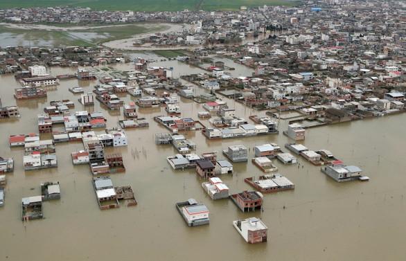 İran'da sel krize dönüştü, bilanço ağır
