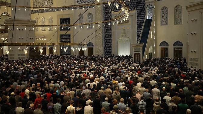 Ramazanın ilk teravih namazı kılındı