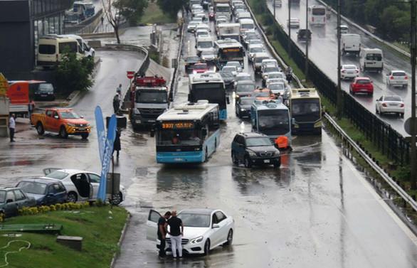 Araçlar su altında kaldı, okulu su bastı!