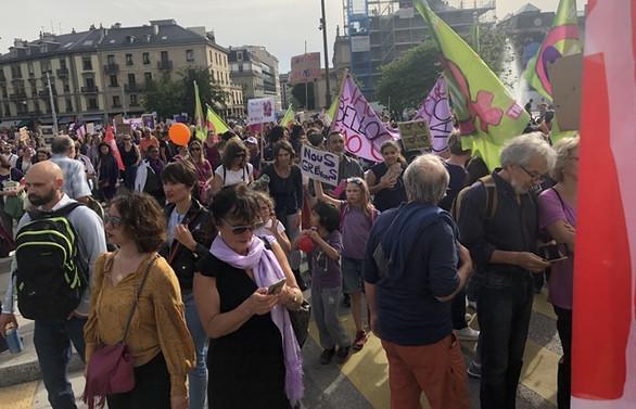 İsviçre'de on binlerce kadın sokağa çıktı
