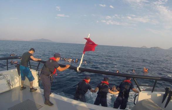 Göçmenleri taşıyan tekne battı: 8 ölü