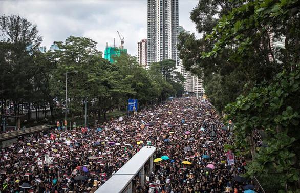 Hong Kong'da göstericiler kamu binaları önünden çekildi