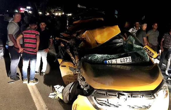 Terhis olan askerleri taşıyan taksi kamyona çarptı: 6 yaralı