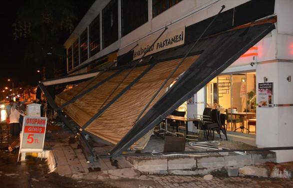 Ayvalık'taki hortum sitede büyük hasara yol açtı
