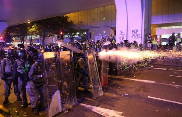 Hong Kong'da sokaklar karıştı